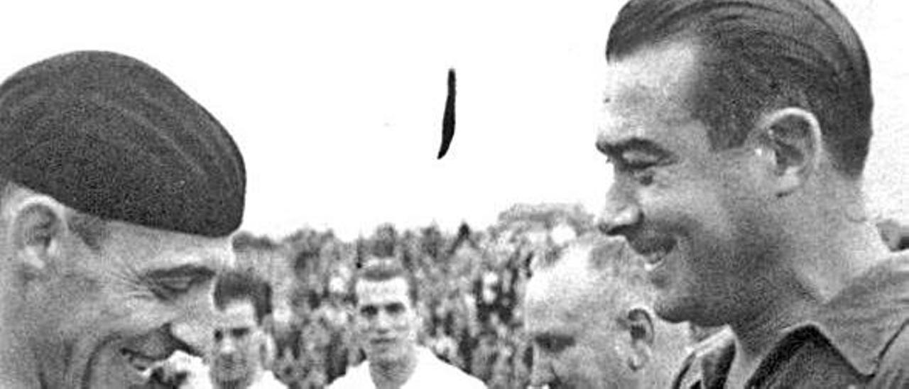 Antón y Herrerita durante la despedida del mítico delantero.