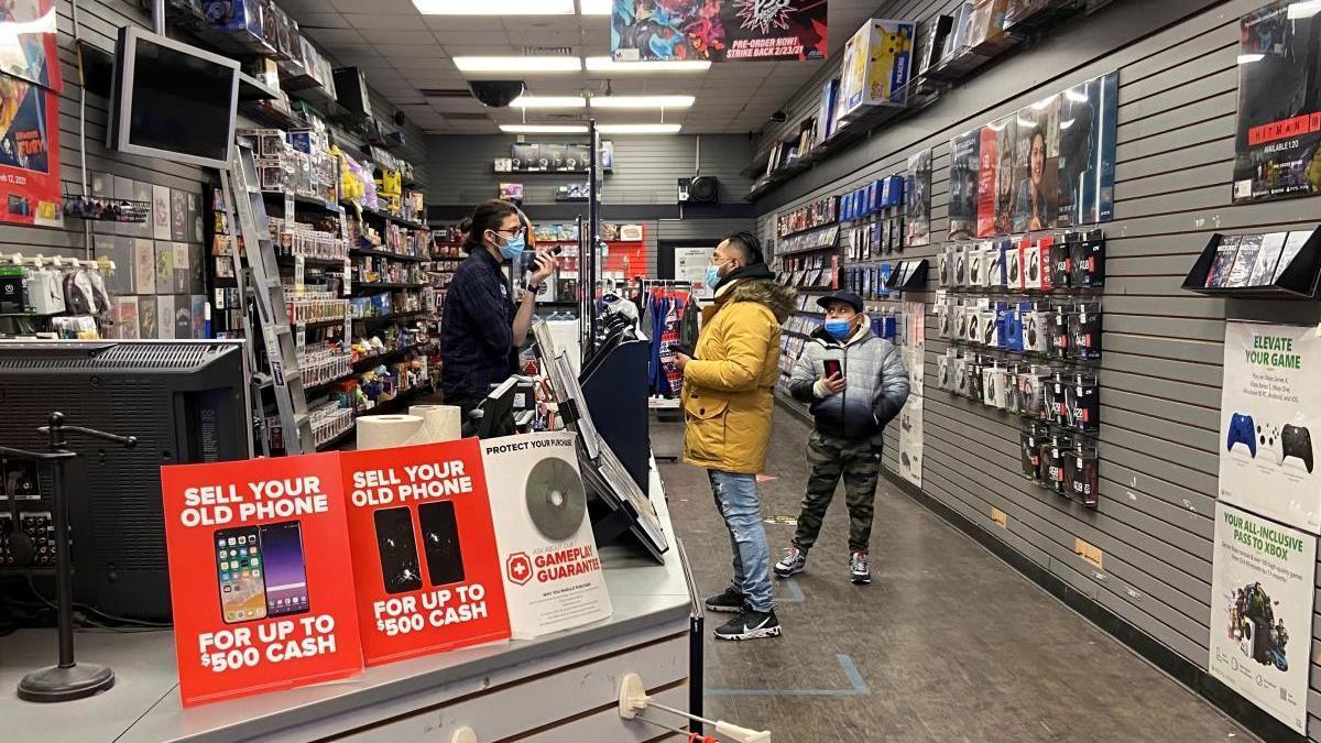 Varios clientes en una tienda de GamStop en Nueva York.