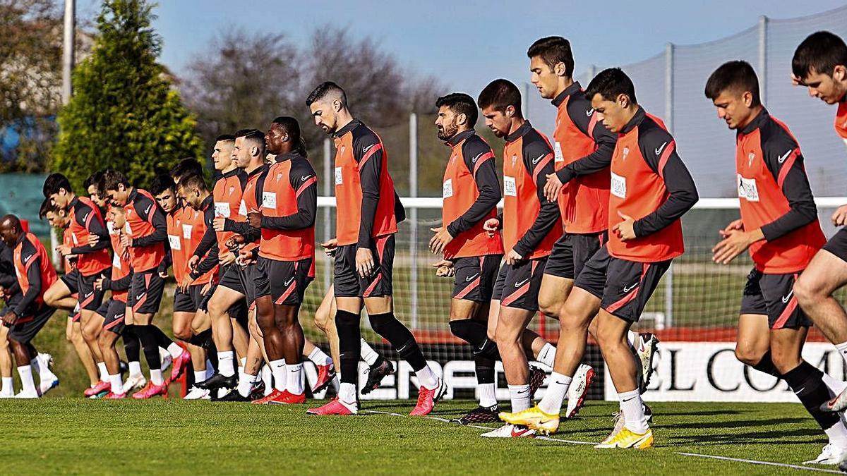 La plantilla del Sporting, ayer en Mareo, durante un ejercicio. | Juan Plaza