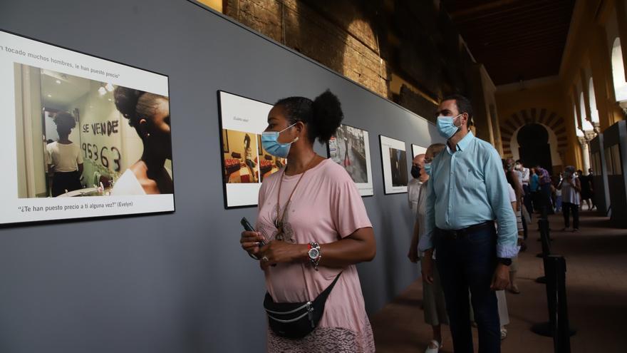 Una exposición visibiliza en el Patio de los Naranjos el drama de la trata de personas