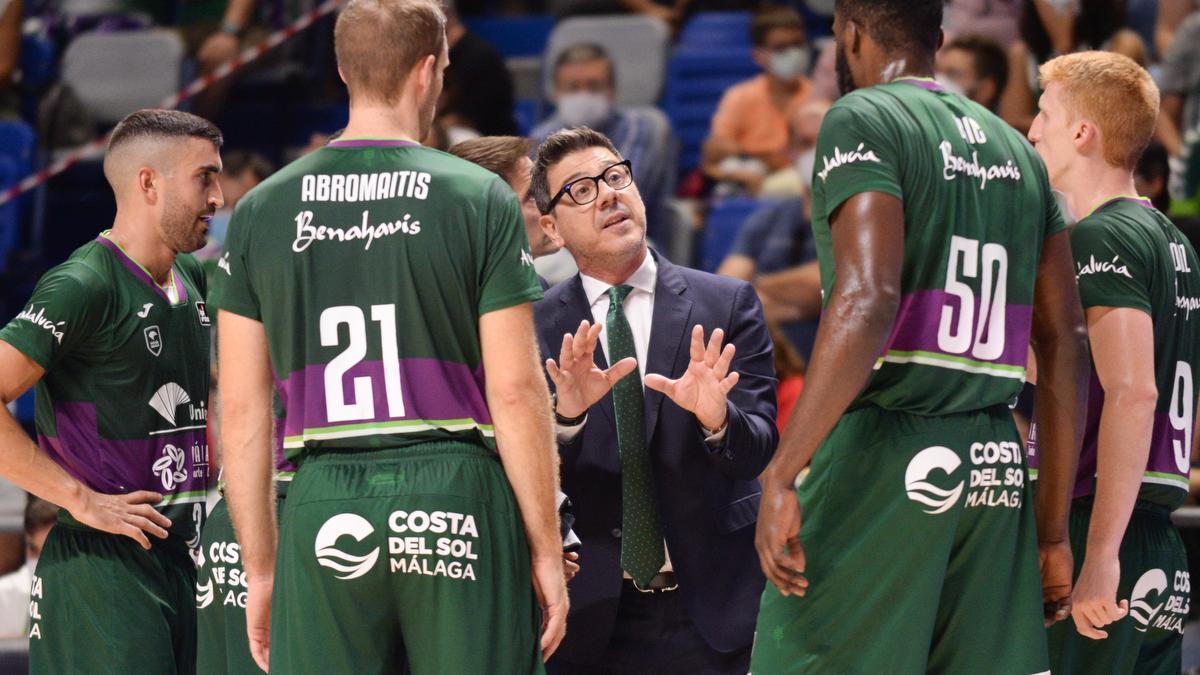 Fotis Katsikaris habla con sus jugadores.