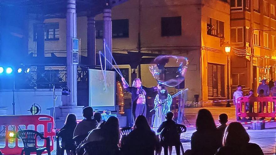 Un espectáculo de pompas de jabón abre las noches de verano en Aller