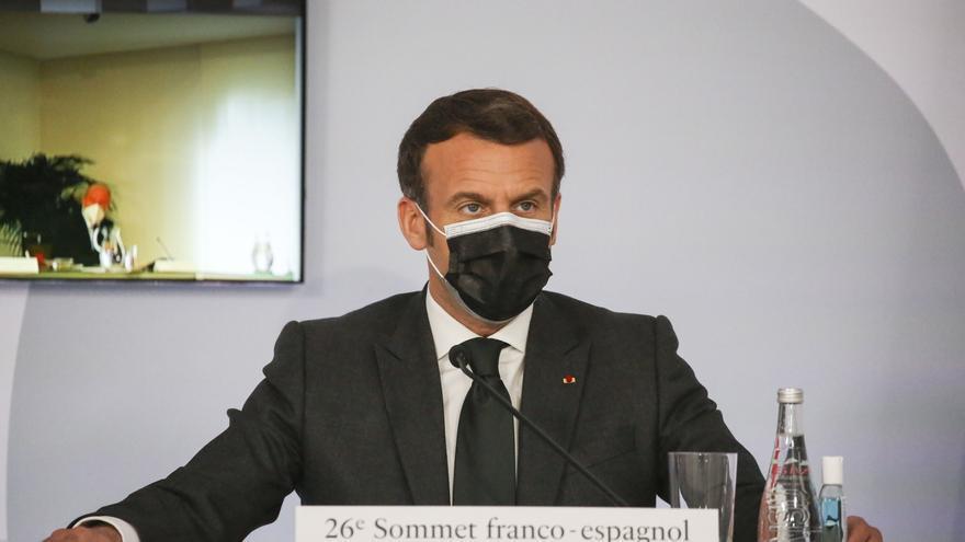 Macron anuncia que paraliza temporalmente la vacunación con AstraZeneca