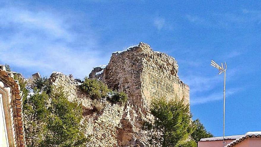 El muro lateral del castillo de Alpuente se derrumba tras años sin financiación