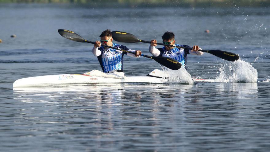 Golpe de autoridad en el agua del asturiano Roza y el gallego Toro, ganadores del control selectivo sobre 500 metros