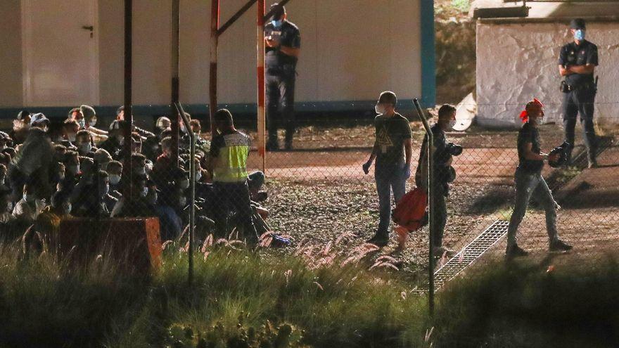 Marlaska anunció la salida de migrantes del muelle de Arguineguín y su traslado a Barranco Seco que empezó este miércoles