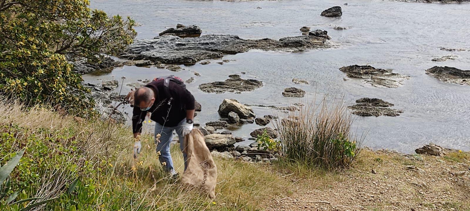 Platges Netes de Llançà retira brossa de Carbonera i Moner