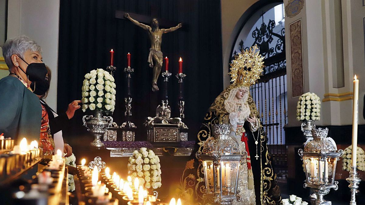 El Cristo de la Expiración y la Virgen de los Dolores, el pasado viernes en la capilla de la archicofradía.   ÁLEX ZEA