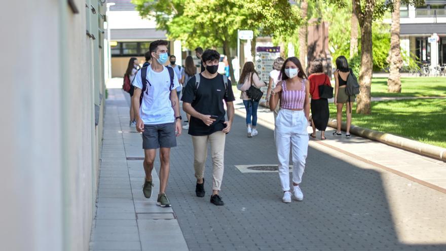 Alumnos de la UPV caminan por el campus protegidos con mascarilla.