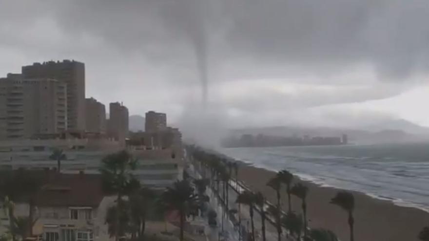 Espectacular manga marina frente a la Playa de San Juan en Alicante