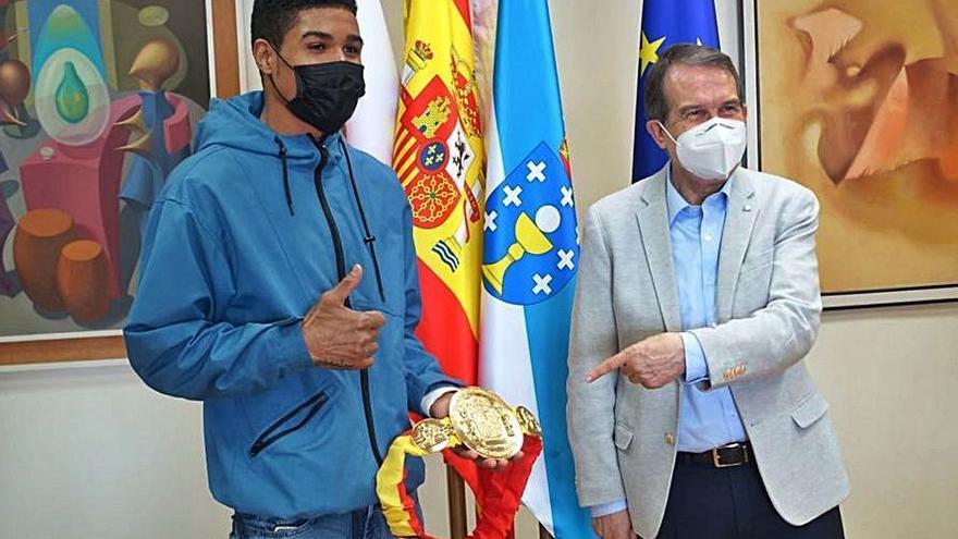"""El alcalde felicita a """"La Sombra"""" Suero por su triunfo en Pamplona"""