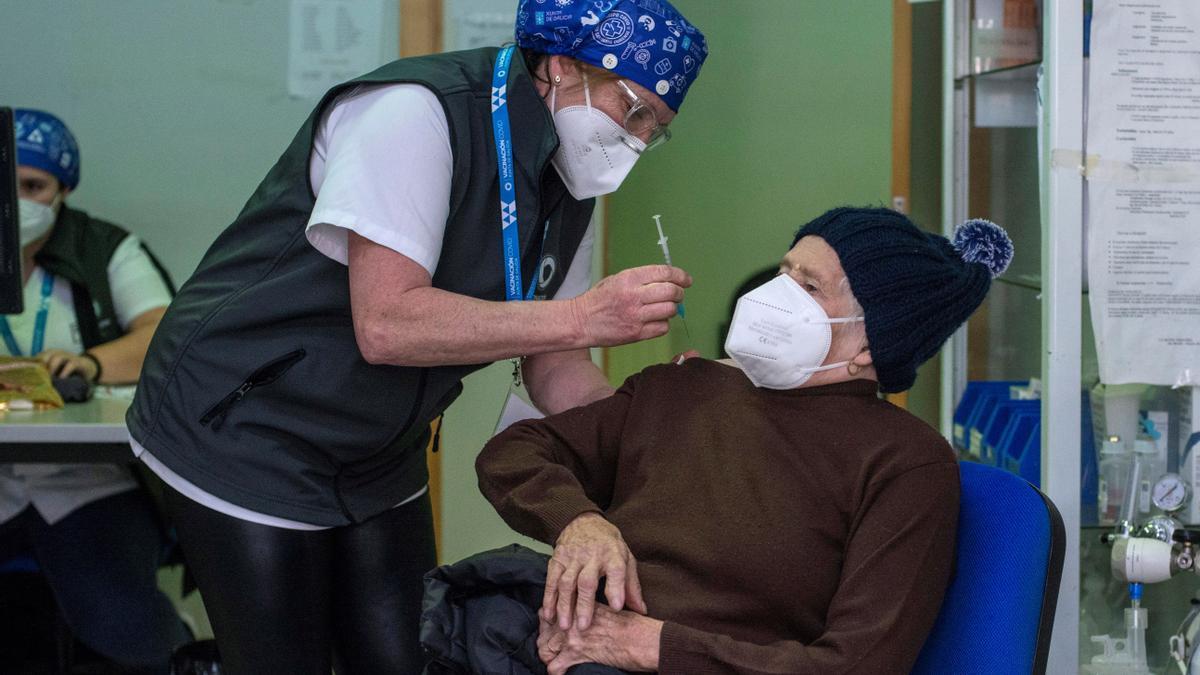 Un anciano de Ourense recibe la vacuna.