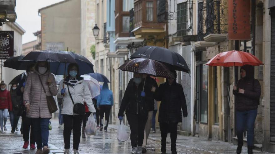 Ciudadanos en Zamora durante los paseos autorizados en el confinamiento.