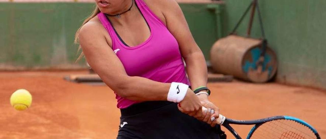 La tenista vilagarciana tratará de conseguir este verano su objetivo de jugar un Grand Slam. // FDV