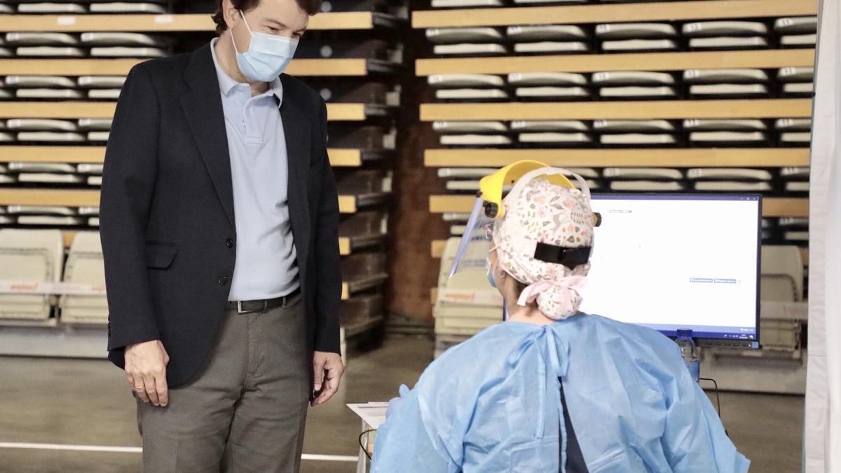 Mañueco se vacuna contra el COVID.