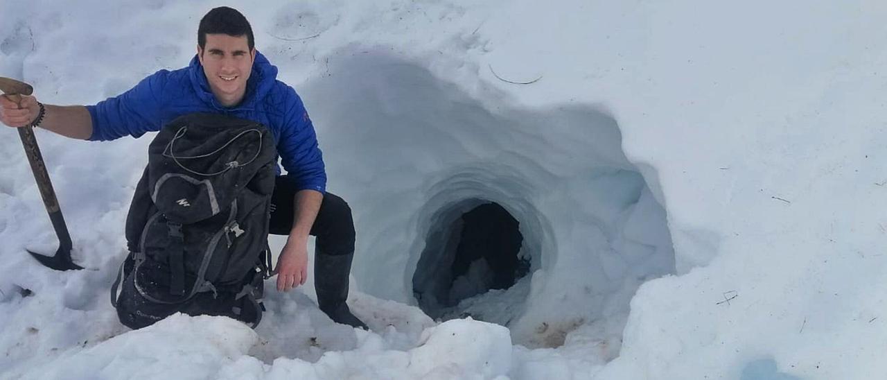 Guillermo Pendás, delante del agujero excavado para acceder a su cueva hace ya unos días.