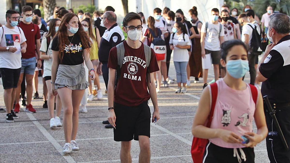Los alumnos entran ordenadamente y con mascarillas para hacer la Pevau, en julio del año pasado.