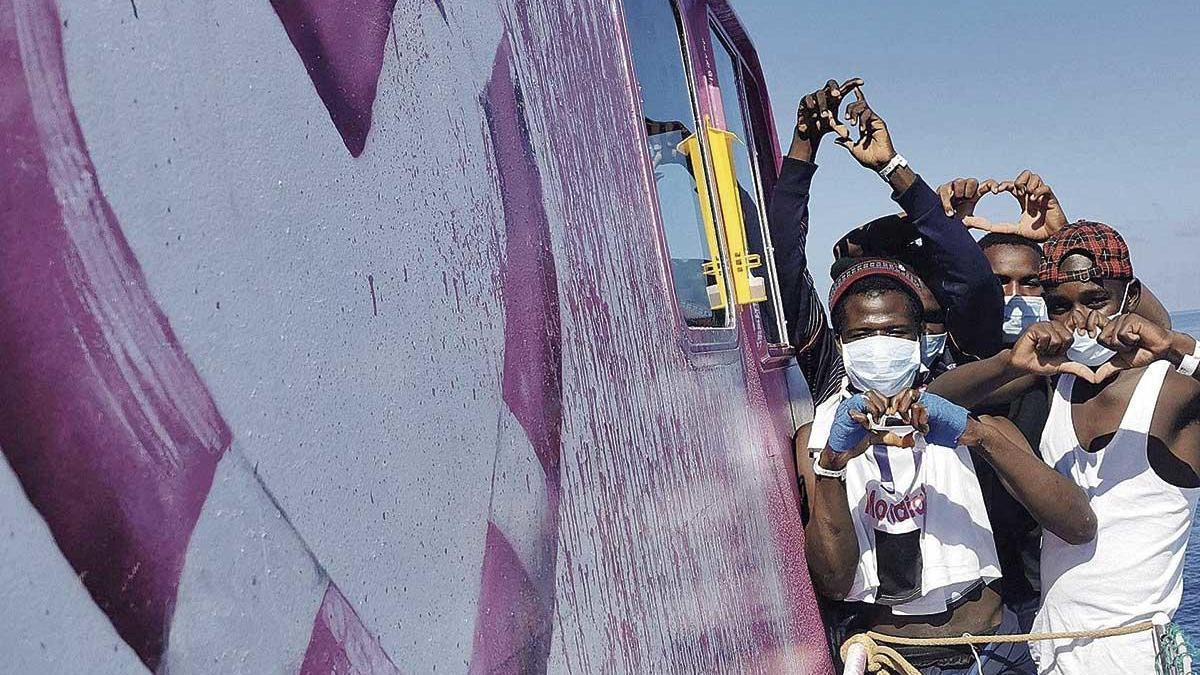 El artista Bansky financia un barco para rescatar a migrantes en el Mediterráneo