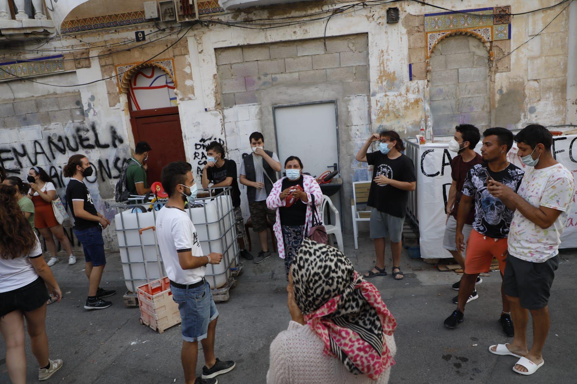 Retrasan 10 días el desahucio de los vecinos de la Creu Coberta
