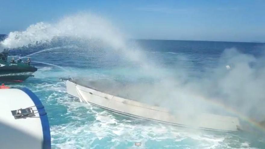 Trasladado el tripulante de un velero incendiado a la altura de las Islas Sisargas
