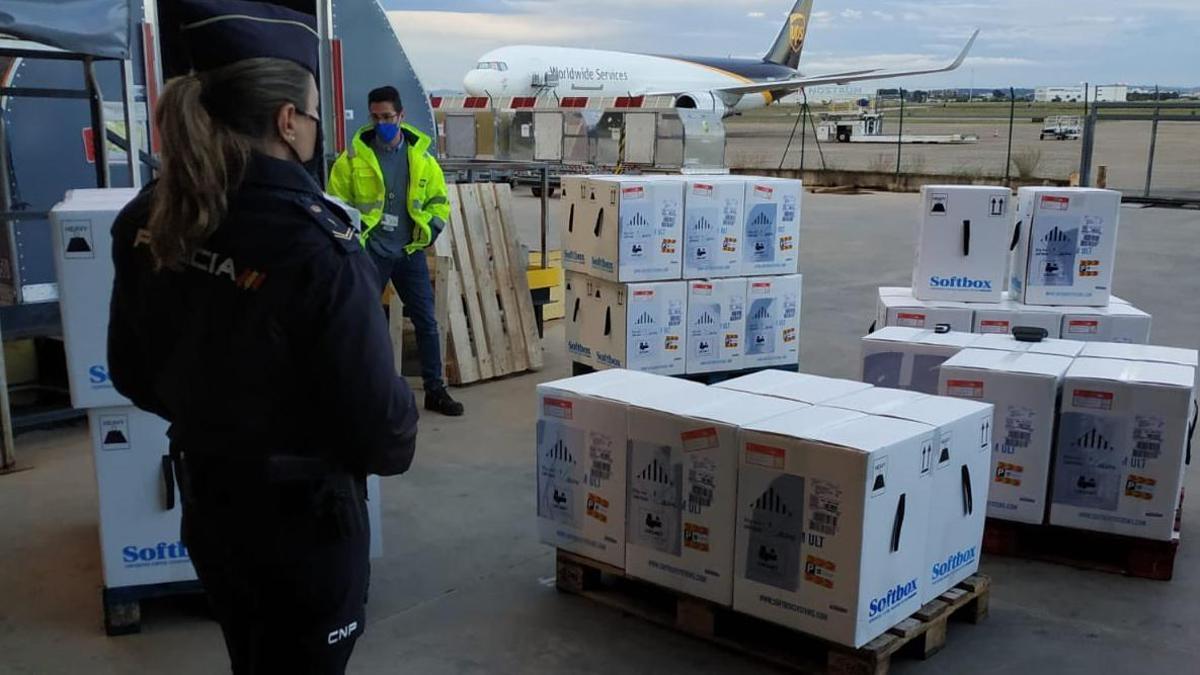 Llegada de las dosis de Pfizer al aeropuerto de Manises.