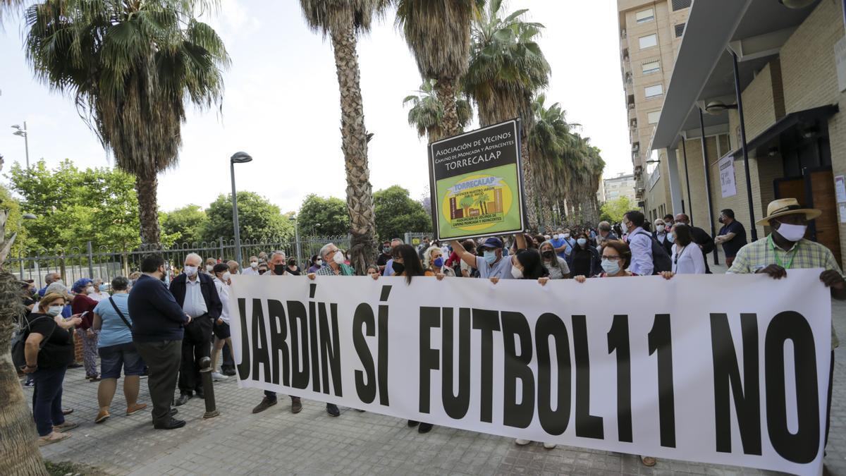 Los vecinos portaban una pancarta contra el campo de fútbol.