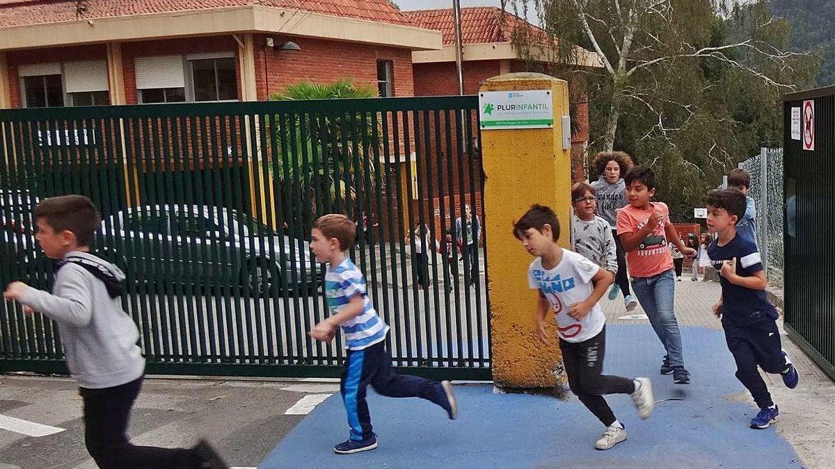 Alumnos de Tirán salen del colegio, en una imagen de archivo, para correr la milla diaria.