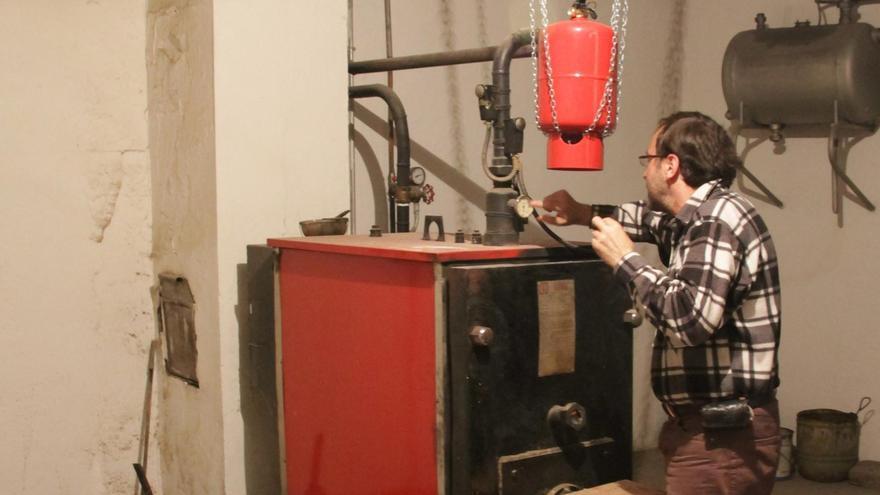 Un operario trabaja en una caldera. | José Luis Fernández