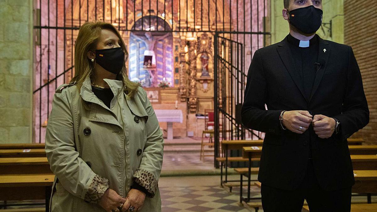 La alcaldesa de Morales, Carmen Santos, junto al párroco del municipio, Francisco Ortega. | José Luis Fernández