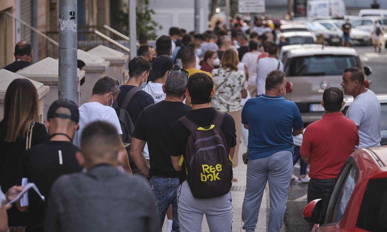 Colas en el Heliodoro Rodríguez López para comprar las entradas del derbi UD Las Palmas - CD Tenerife