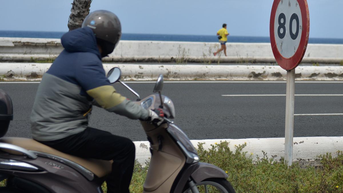 Un motorista circula por la Avenida Marítima