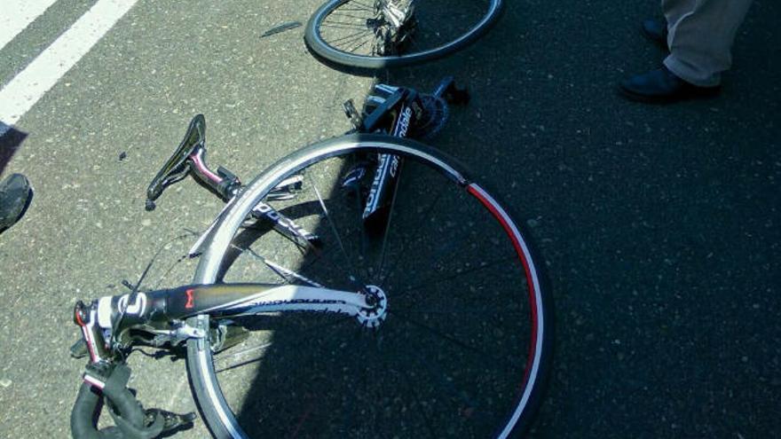 Un ciclista sufre heridas graves tras ser arrollado por un vehículo en Temisas