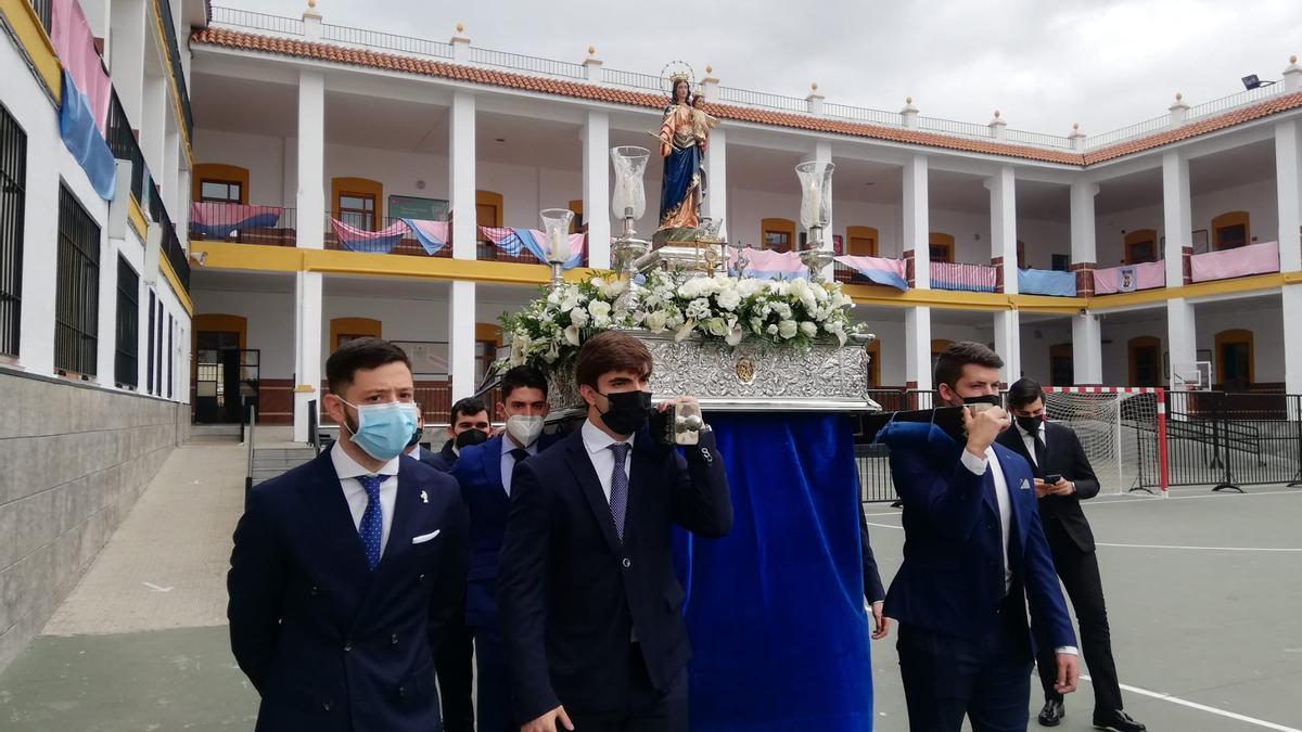 La imagen de María Auxiliadora, portada por los costaleros del paso de San Juan Bosco, a la voz del capataz David Martínez Leal.