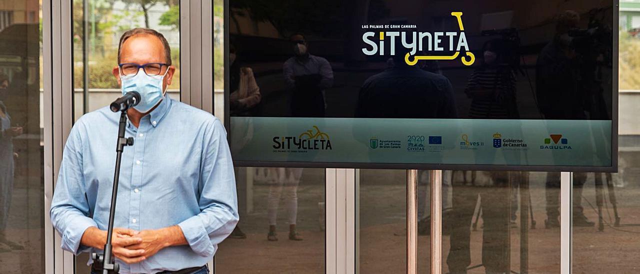 El concejal de Movilidad, José Eduardo Ramírez ayer durante la presentación de la Sítyneta. | | AYUNTAMIENTO DE LAS PALMAS DE GRAN CANARIA
