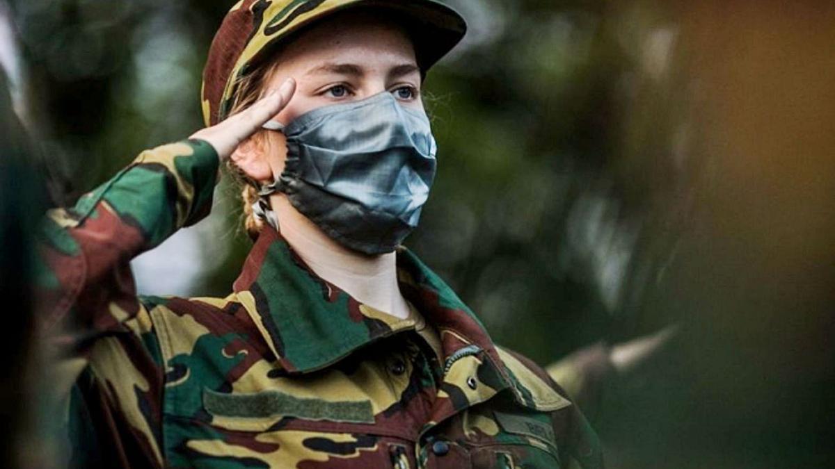 Isabel de Bélgica saluda durante su instrucción militar.  | PALACIO REAL DE BRUSELAS / REUTERS