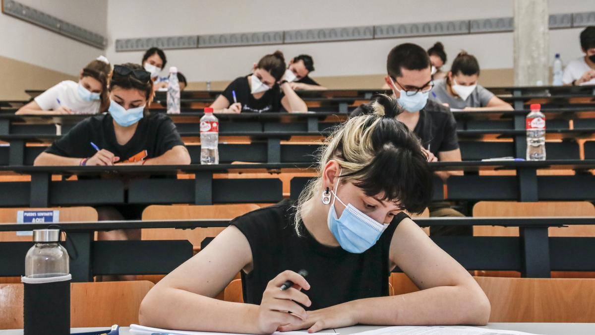 Alumnos durante el examen de la EBAU de junio.