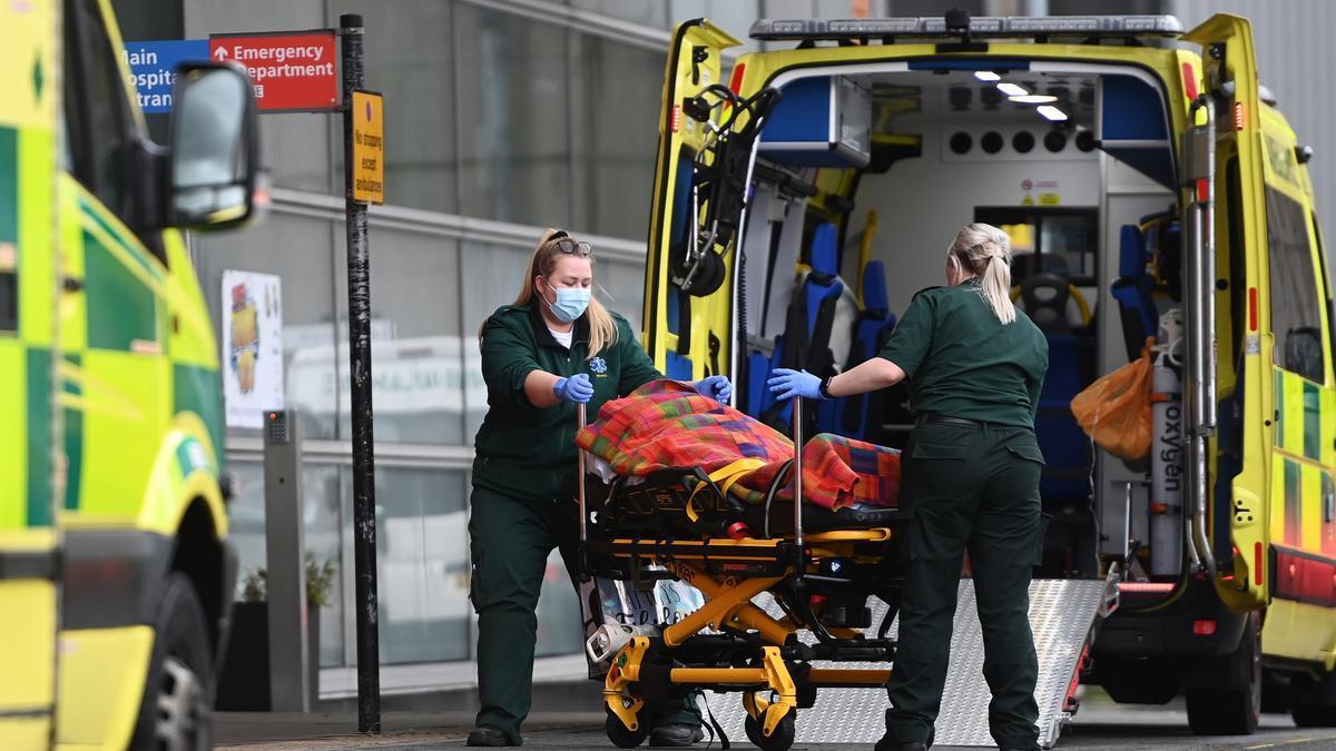 Sanitarios trasladan a un paciente de coronavirus en Londres.