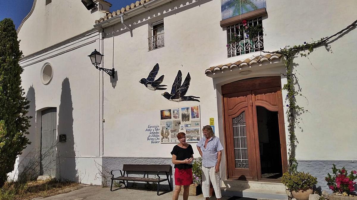 La casa, taller y galería de arte está junto a la ermita de Santa Bárbara de Pinos. | A. P. F.