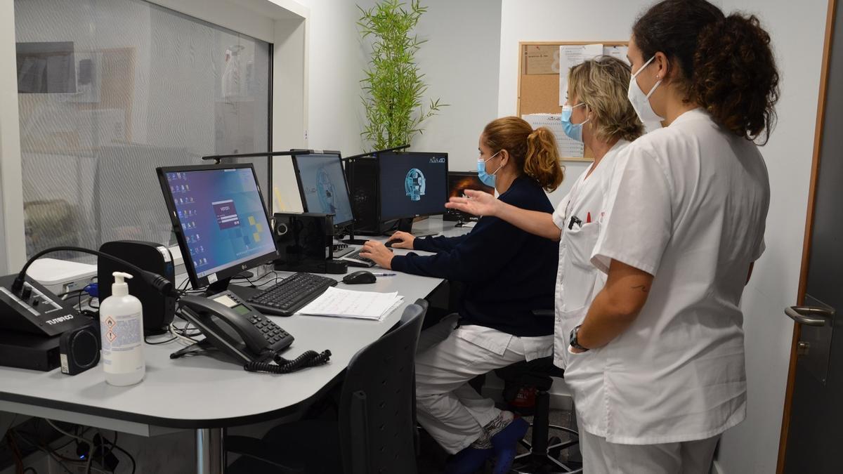 Profesionales del Hospital en el sistema de control del equipamiento de hipertermia