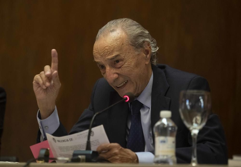 Martín Queralt muestra los papeles mojados de Lim