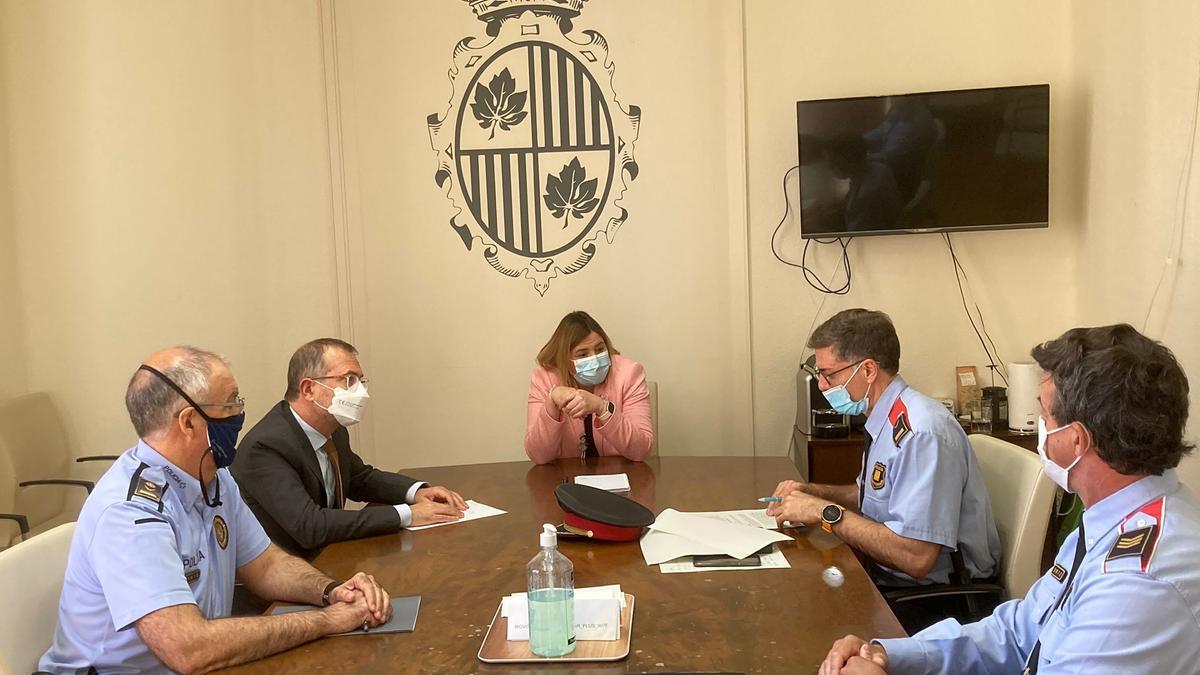 Guàrdia Urbana i Mossos d'Esquadra reunits amb l'alcaldessa i vicealcalde de Figueres