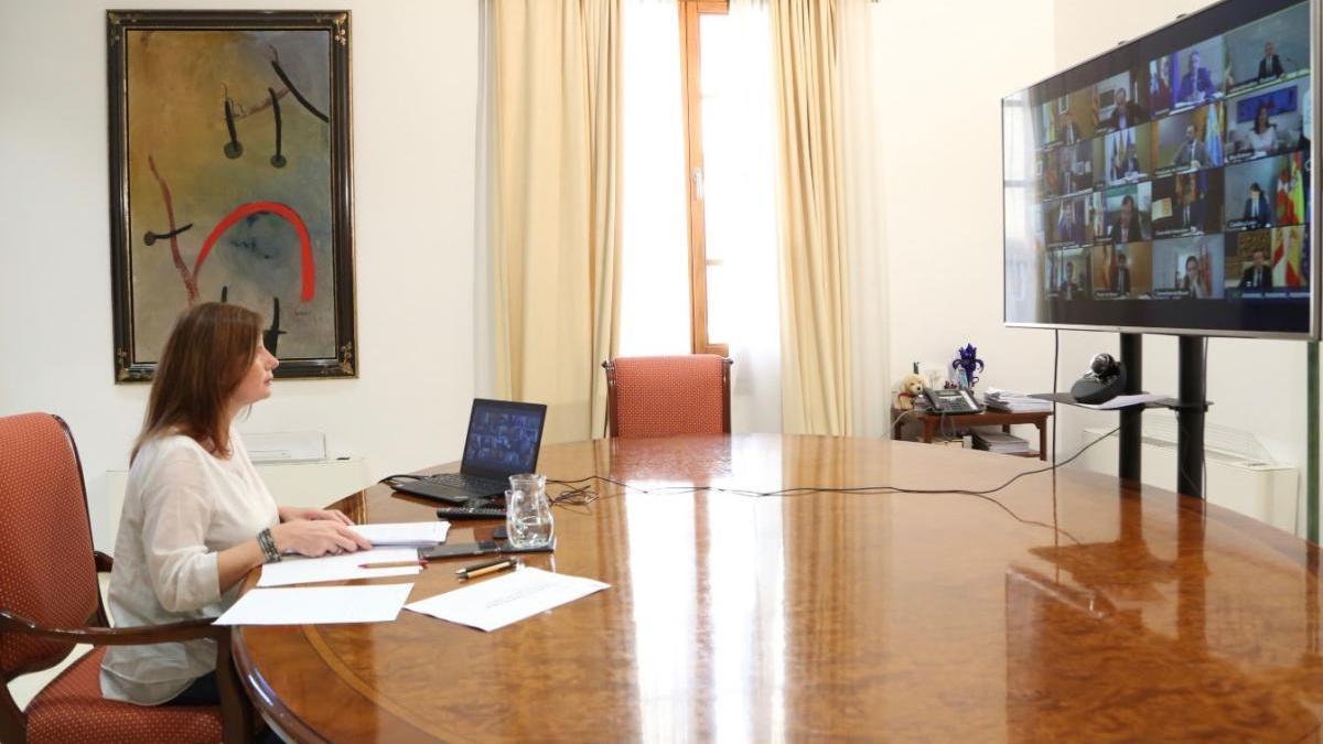 Die balearische Ministerpräsidentin Francina Armengol bei der Videokonferenz mit ihren Amtskollegen am Sonntag (5.4.).