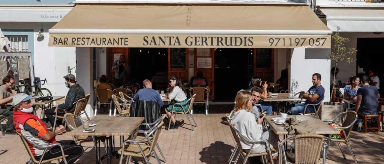 Las terrazas de Santa Gertrudis sortean la crisis y se llenan los fines de semana