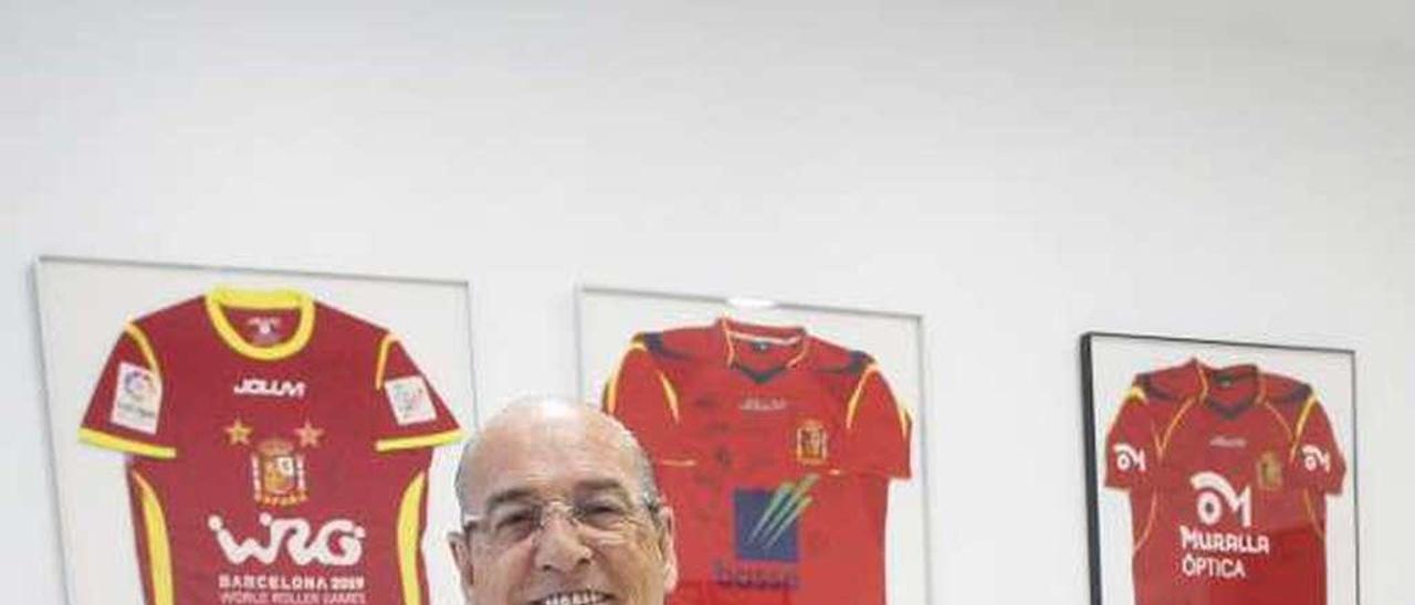Jesús Bernardo con varias camisetas de la selección.