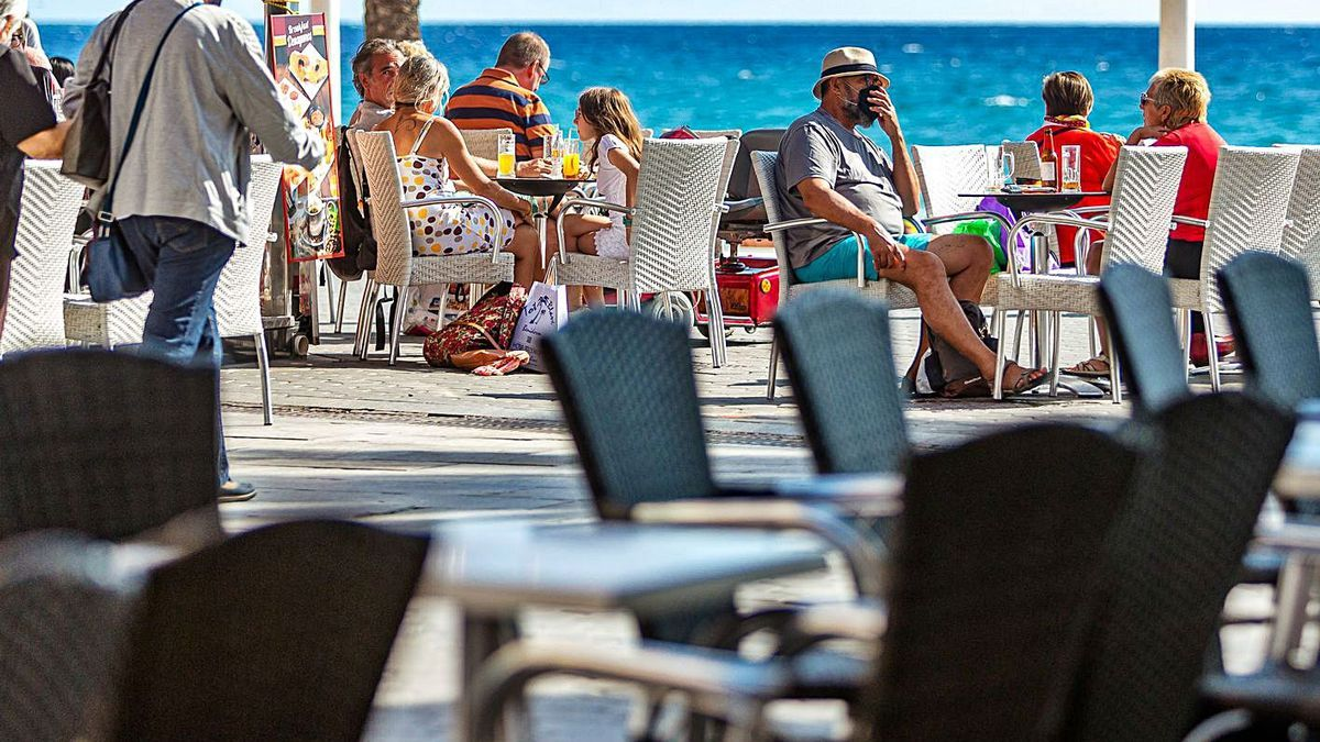 Público en una terraza del paseo marítimo de Benidorm, esta semana.