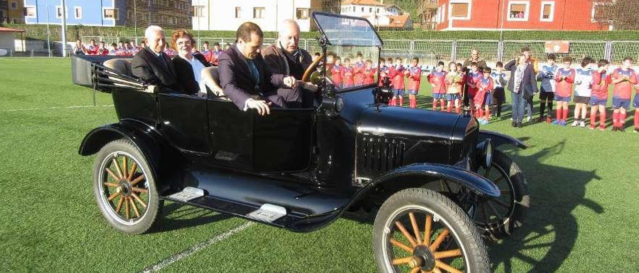 Chaso y su esposa, Carmen Cuesta, llegan al campo de fútbol en un Ford-T (año 1919); delante, José Manuel González Castro y, al volante, César Cifuentes.