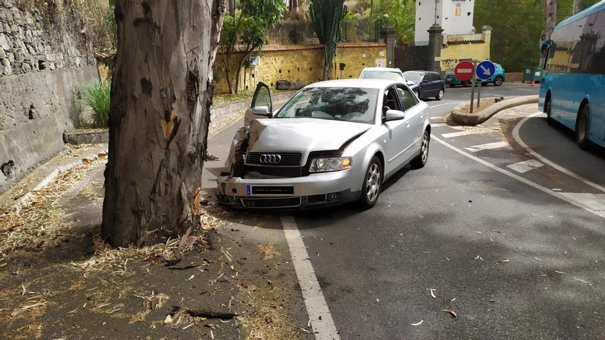 Un conductor borracho colisiona contra un árbol en Santa Brígida
