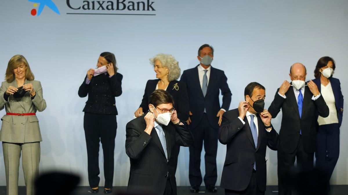 Los nuevos consejeros de CaixaBank, con Goirigolzarri en primer lugar y a su izquierda, Gortázar