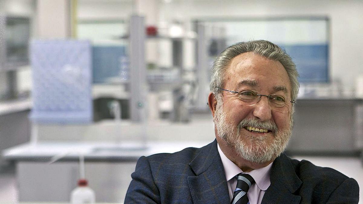 El exministro de Sanidad y catedrático de Fisiología, Bernat Soria, en una entrevista en 2011.   | EFE/ JULIO MUÑOZ