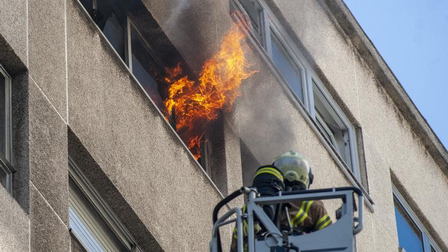 Un incendio destruye el dormitorio de un piso en Costa da Unión